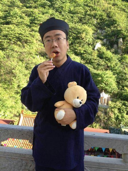有人欲出价1万买老梁抱着的小熊