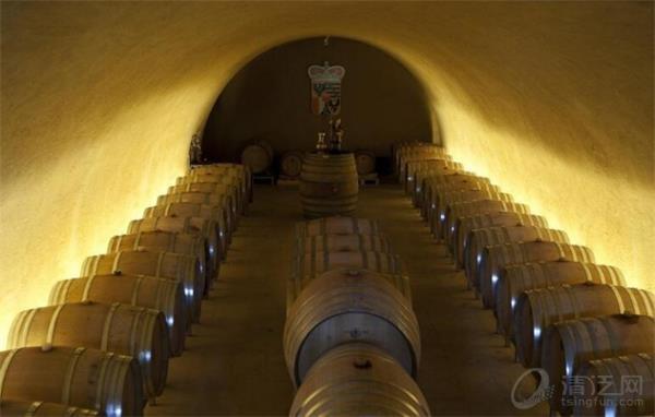 按规定,得到钥匙的人成为该国暂时的主人,但最少要呆两个晚上,可享受来自列支敦士登王子私人酒窖的红酒,